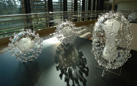 Стеклянные скульптуры невидимых врагов – работы Люка Джеррема (Luke Jerram) — фото 27