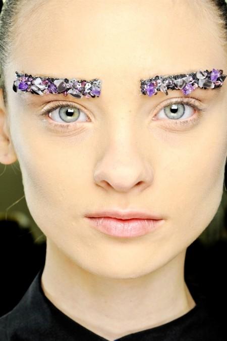 "Драгоценные бровки – идея креативного директора <a href=""http://monemo.ru/brand/chanel/"">Chanel</a> Make-up Питера Филипса (Peter Philips)"