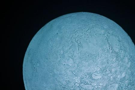 Вблизи есть что рассмотреть — можно досконально лунную поверхность изучить