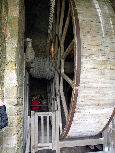 Огромное колесо, которое использовалось для поднятия пищи заключенным (было время, когда аббатство служило тюрьмой)