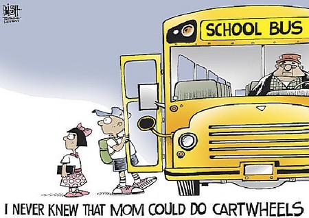 Сын, уезжая в школу, удивленно отмечает: «Я и не знал, что мама умеет ходить колесом».
