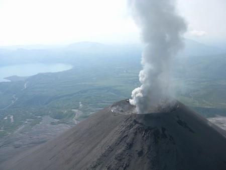 Вулкан Карымский и озеро Карымское.