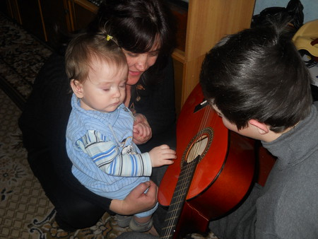 Дядя учил играть на гитаре