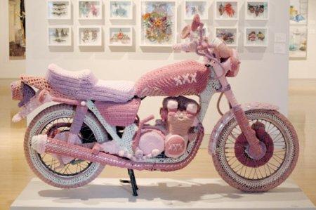 Мотоцикл, обвязанный Терезой Хонивелл