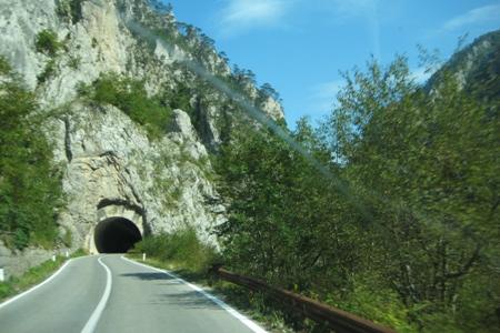 Туннель на дороге вдоль побережья