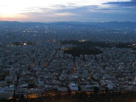панорама ночного города с вершины Ликавитоса