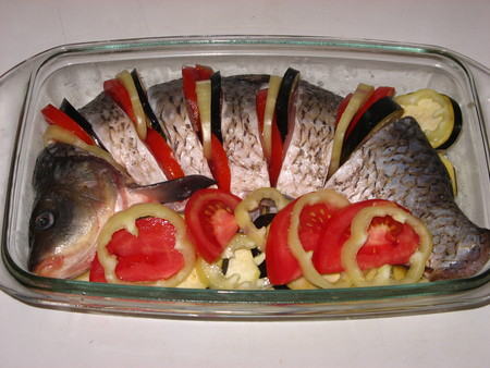 Карп, запеченный с овощами — фото 4
