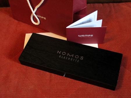 В наборе к часам: фирменный пакет, инструкция, гарантия и деревянная коробка, в которой собственно и находятся сами часы Nomos