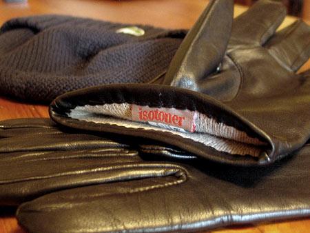 Подкладка в перчатках Isotoner выполнена из шерсти с добавлением шелка — весьма приятная в носке комбинация