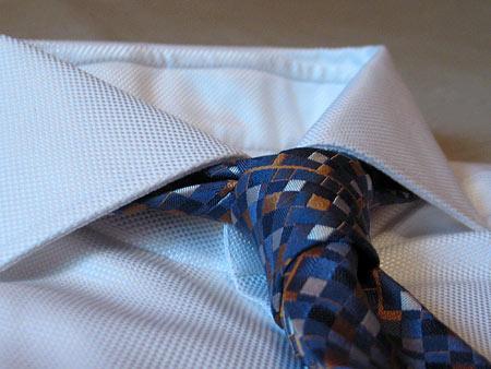 С галстуком Trussardi. Вид сбоку