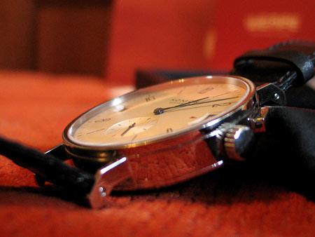 Кормус часов Nomos Tangomat GMT достаточно массивный — в нем скрывается весьма не простой механизм