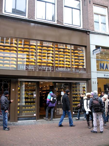 Сырные лавки выглядят, как у нас магазины дорогой одежды