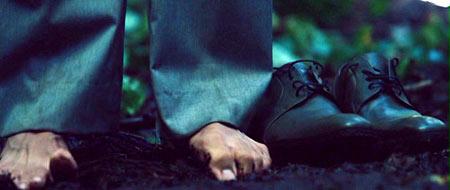 Туфли ручной работы мешают. А вот босячком по джунглям самое оно