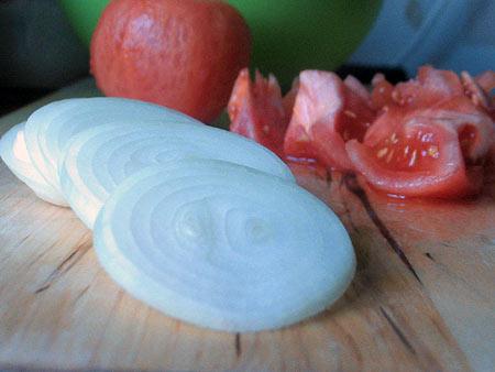 Яйка, яйка. Омлет с томатами, обжаренными кольцами лука и тертым сыром — фото 7