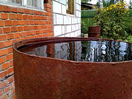 И бочка теперь всегда доверху наполнена дождевой водой