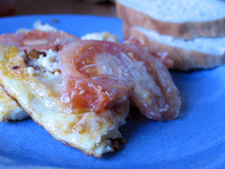 Яйка, яйка. Омлет с томатами, обжаренными кольцами лука и тертым сыром — фото 1