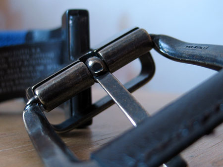 При желании пряжку можно провернуть вдоль своей оси и зафиксировать в обратном положении. Таким образом ремень можно носить коричневой кожаной стороной или текстильно цветной на выбор