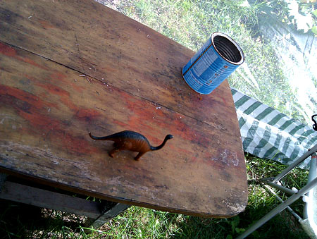 Лето кончилось, если на столе только банка с окурками и одинокий динозавр из юрского периода