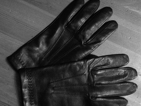 Черные перчатки Isotoner