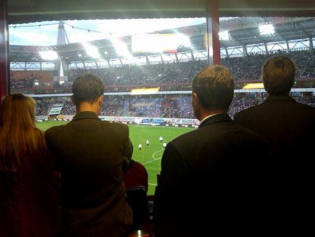 Даже в затылках сквозила грусть. Ребята из бара вип-трибуны наблюдают за разминкой запасных в перерыве матча. Мы проигрываем 0-1