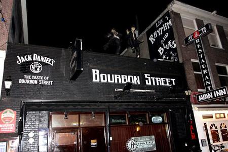 Это бар Бурбон Стрит, но там побывать недовелось. Согласитесь, выглядит оригинально