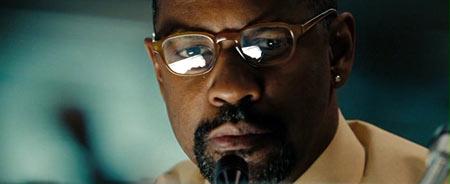 Дензел весь фильм смотрит сквозь стекла очков и беседует с террористами