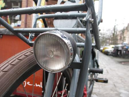 Фонарь для ночного движения по городу — обязательный атрибут почти любого амстердамского велосипеда