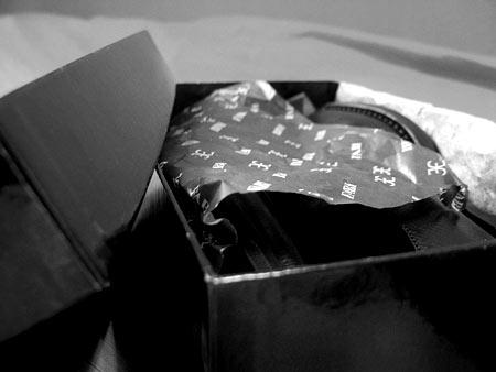 Фирменная буамага укрывает туфли от наших глаз