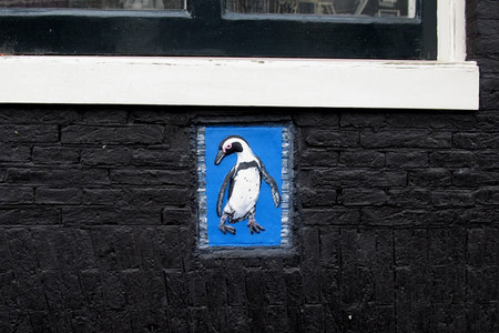 Вот такого пингвина нашли на одном из домов. Зачем он там? Что он там забыл? Нет ответа