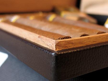 Кедровая отделка внутри сделана с приличным зазором, чтобы хьюмидор был достаточно герметичен, для поддержания полезного сигарам микроклимата