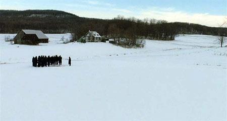 Но заканчивается именно так. Зима, снежный простор и кучка людей у могилы