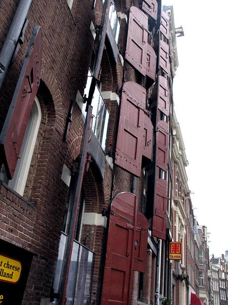 Некоторые окна снабжены мощными ставнями. На случай непредвиденного обстрела лучниками наверное