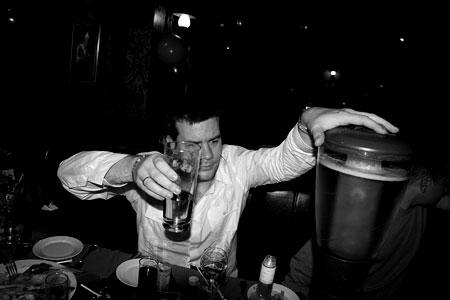 На разливе. Пиво приносили в гигантских колбах со льдом