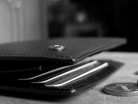Кошелек Montblanc замечательно смотрится с монетами, но мелочи тут не место — отделения для копеек вы тут не найдете