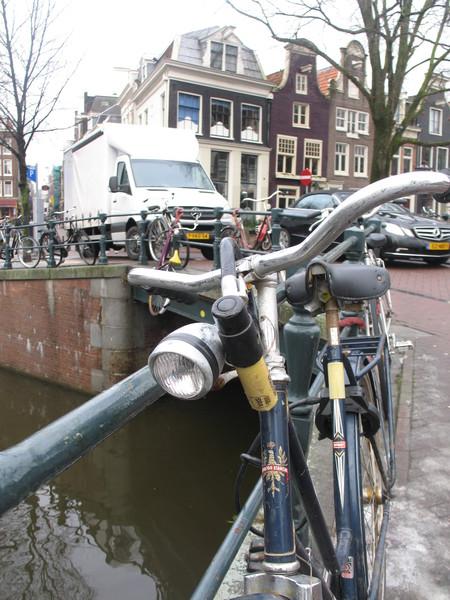 Паркуются даже на мосту