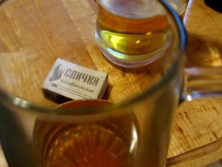 Кружки с холодным пивом и спичечный коробок