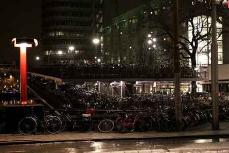Это мы набрели на чудо-стоянку велосипедов. Их там миллион, никак не меньше...