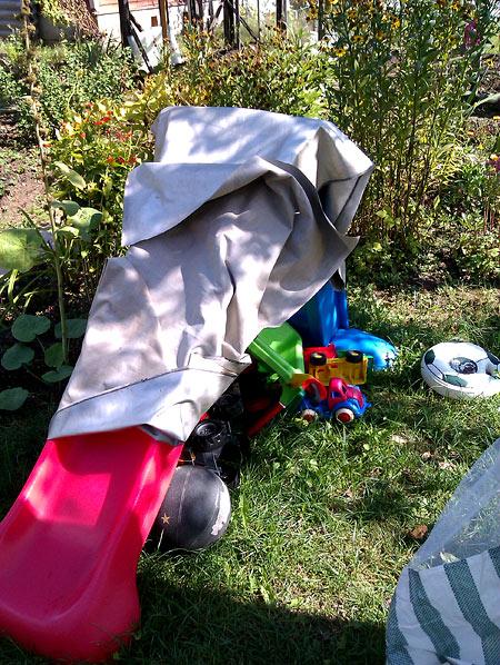 Горка с игрушками надежно укрыта от дождя