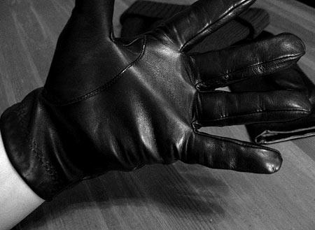 Перчатки Isotoner на руке