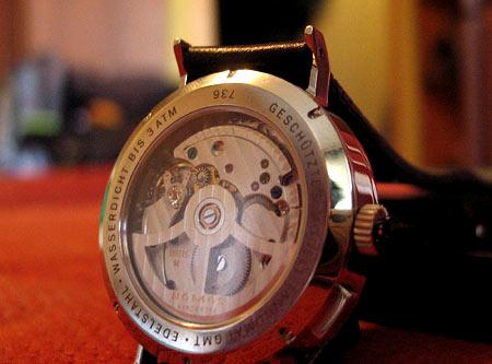 Задняя крышка часов Nomos Tangomat GMT прозрачная. Смотреть на работу механизама можно бесконечно