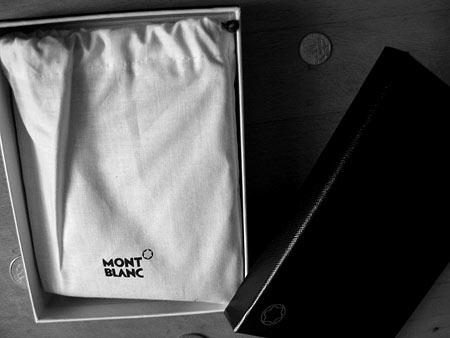 Отлегло. Внутри все нормально — хотя кошелек Montblanc вновь упакован, на этот раз в аккуратный мешочек из мягкой ткани
