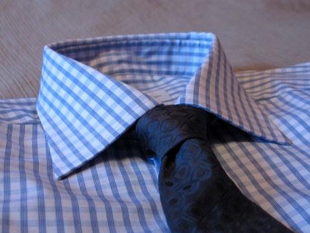 С темно-серым галстуком с фактурным рисунком Rossini