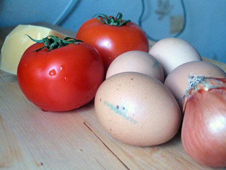 Яйка, яйка. Омлет с томатами, обжаренными кольцами лука и тертым сыром — фото 2