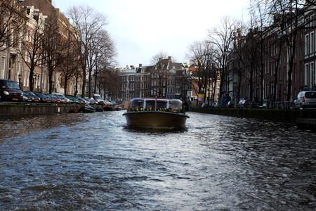 Обязательно покататайтесь на кораблике по многочисленным амстердамским каналам. Цена часовой экскурсии в районе 13 евро на лицо