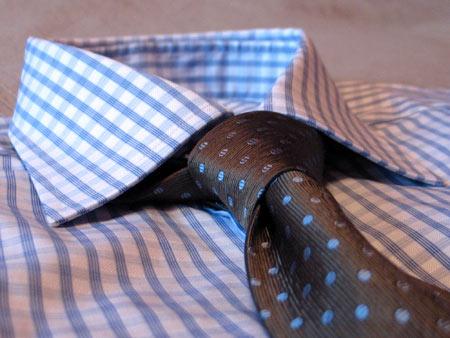 С галстуком Pal Zileri болотного цвета в мелкий голубой горох
