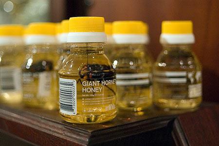 Баночки с гигантскими насекомыми в меду ждут своих покупателей