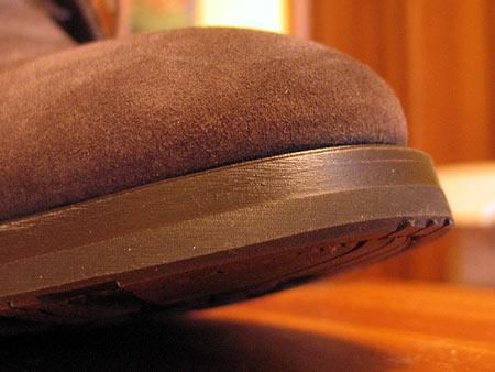 Подошва, как и должно быть у зимней обуви, толстая трехслойная — первые два слоя из кожи, внешний из резины. Для вечной слякоти весьма актуально