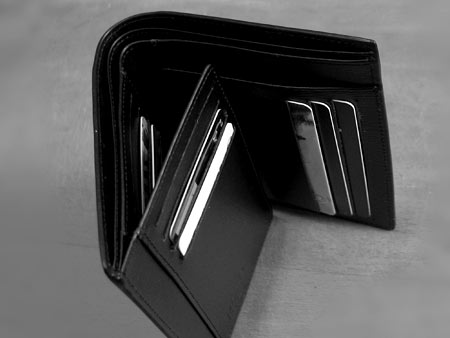 Сама конструкция выглядит вот так. Большой плюс — огромное количество кармашек для кредитных карт и прочей нечисти