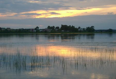 Закат на озере в облачную погоду