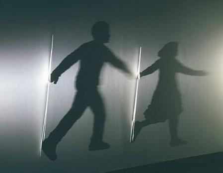 «Lovers» (1998) – алюминий, свет, тень
